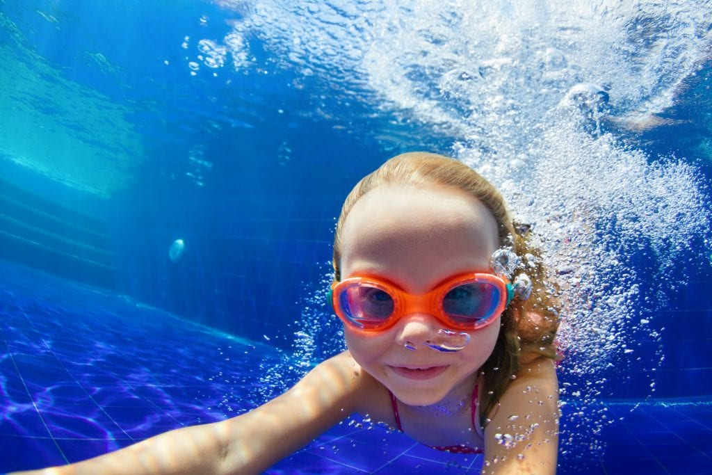 PaddlePod - young child swims underwater